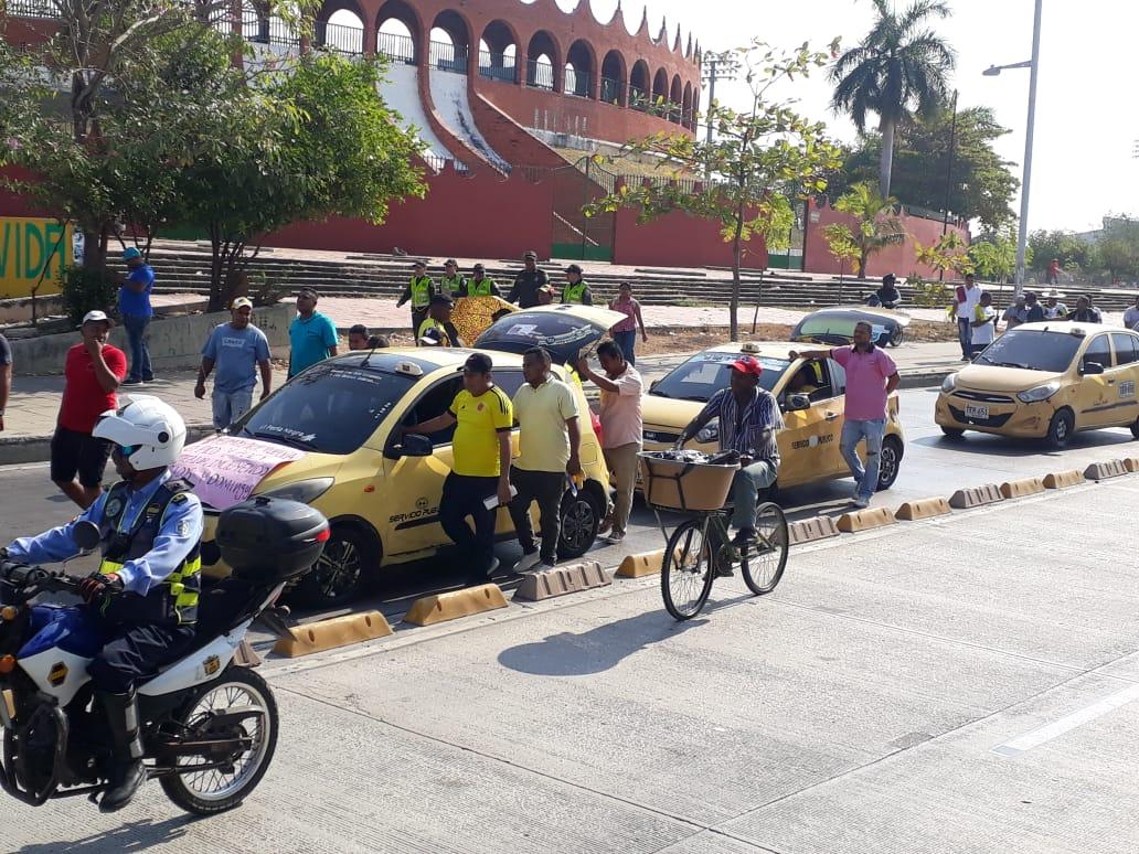 Los taxistas se tomaron un carril de la avenida Pedro de Heredia. // Julio Castaño.