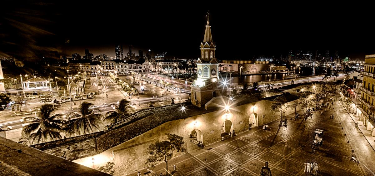 Vista panorámica nocturna de la Plaza de Los Coches y la Torre del Reloj, en Cartagena de Indias, Colombia.