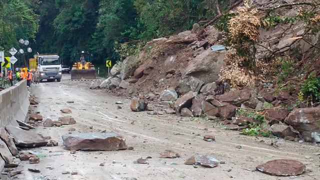 La vía al Llano está cerrada debido a los constantes deslizamientos de tierra,. // Colprensa