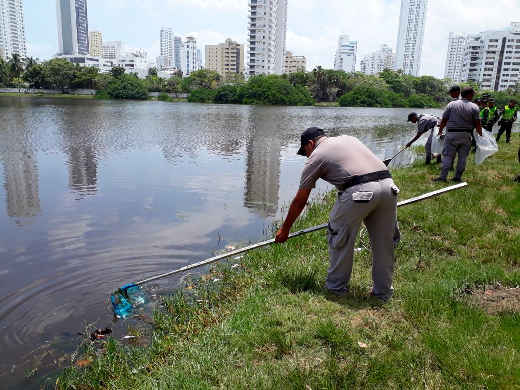 Las autoridades han recogido 400 kilos de peces. // Foto: Julio Castaño - El Universal.