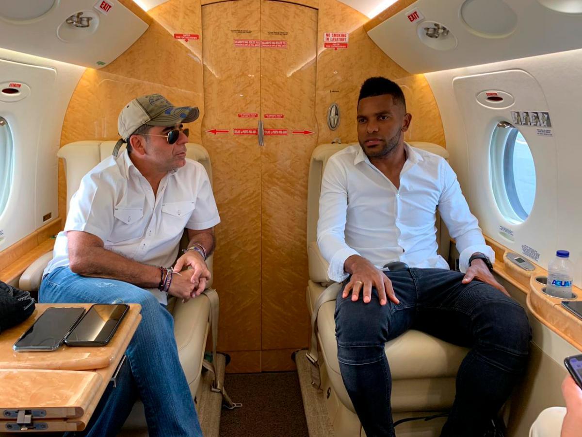 El alcalde de Barranquilla, Alejandro Char, le dio la bienvenida al futbolista.