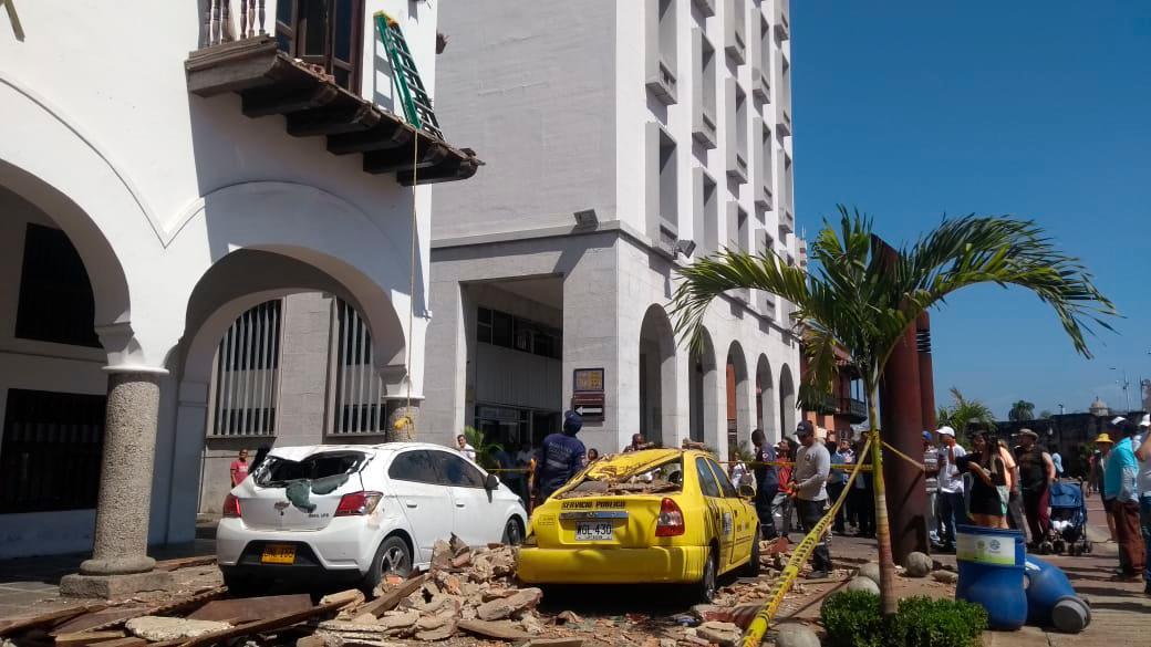 Dos vehículos quedaron parcialmente destruidos. // Foto: Zenia Valdelamar.