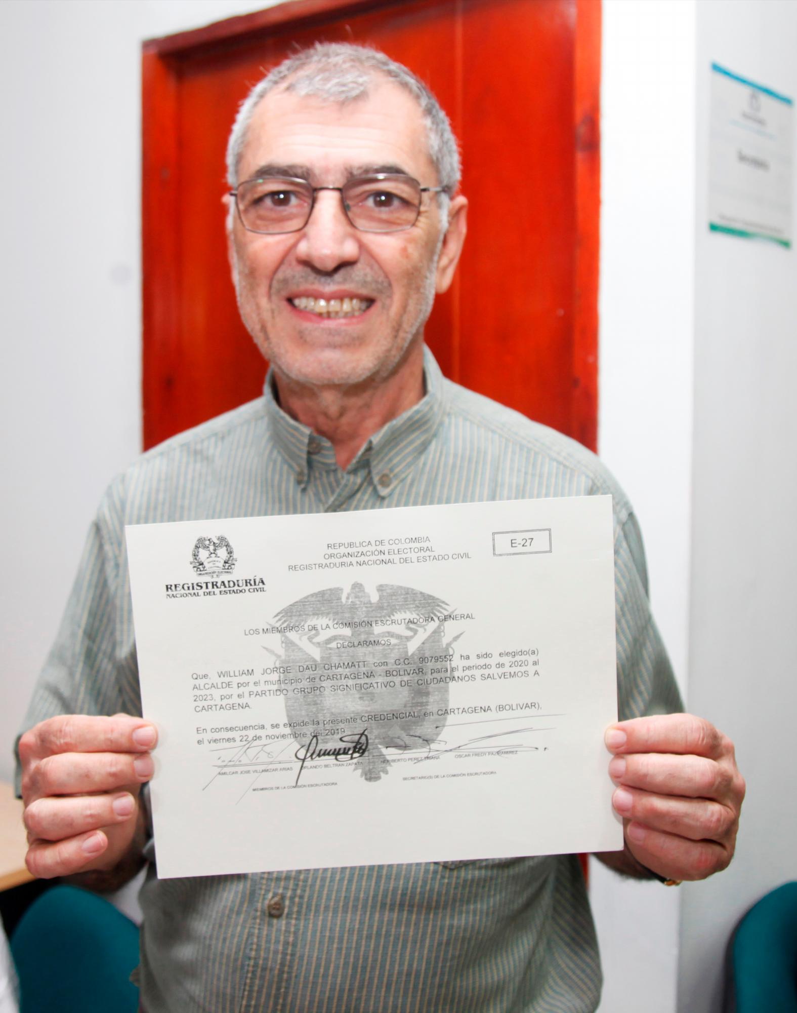 Luego de un mes de las elecciones y tras regresar de su viaje por España y Bogotá, en donde se estaba capacitando, ayer William Dau recibió la credencial que lo acredita como alcalde electo de Cartagena. //Foto: Aroldo Mestre - El universal.
