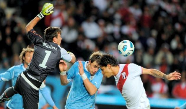 El atacante peruano Paolo Guerrero siempre levó peligro al arco contrario.