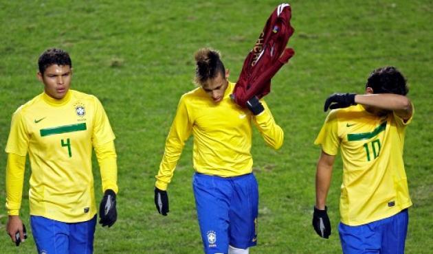Neymar (centro), Thiago Silva (4) y Ganso salieron decepcionados de la cancha