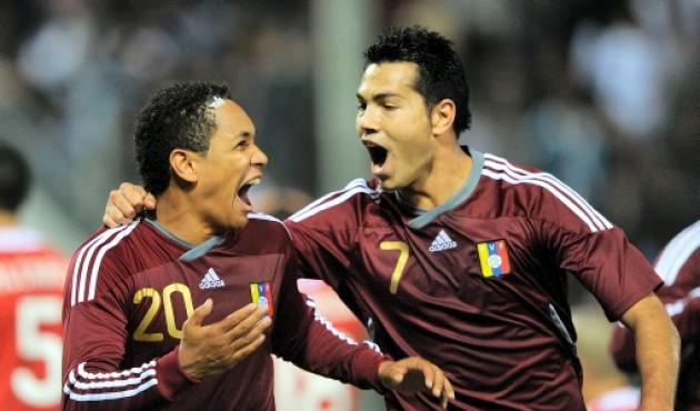 Nicolás Fedor Grenddy Perozo celebran el empate 3-3 de Venezuela ante Paraguay