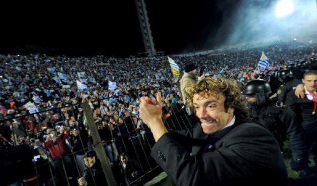 Los jugadores uruguayos pasearon la Copa en el estadio Centenario de Montevideo