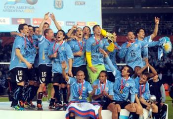 Uruguay celebra en el podio el título de la Copa América 2011