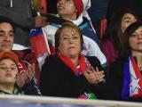 Michelle Bachelet en el estadio durante el partido Chile vs Uruguay.