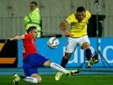 Jugadores disputan el balón durante el partido Chile vs Ecuador.