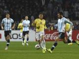 Ezequiel Garay disputa el balón durante el partido con Colombia.