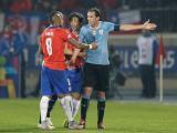 Diego Godín discute con Arturo Vidal en el partido entre Chile vs Uruguay.