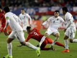 Jugadores disputan el balón durante el Bolivia vs Perú