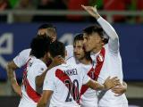 Jugadores peruanos celebran el gol contra Venezuela.