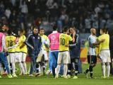 Jugadores se saludan luego del Argentina vs Colombia.