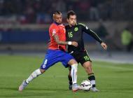 Adrián Aldrete disputa un balón con Arturo Vidal durante el Chile vs México.