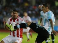 Angel Di María disputa un balón durante el partido contra Paraguay.