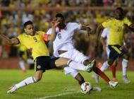 Radamel Falcao disputa un balón durante el partido con Costa Rica.