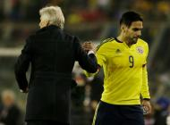 Radamel Falcao es cambiado en el partido contra Brasil.