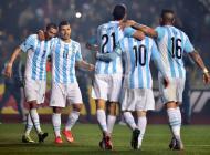 Jugadores argentinos celebran uno de sus goles contra Paraguay.