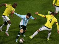 Lionel Messi, Santiago Arias y Víctor Ibarbo disputan el balón durante el Argentina vs Colombia.