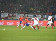 Jugadores disputan el balón durante el Chile vs Perú.