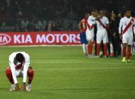 Jugadores peruanos se lamentan tras la derrota frente a Chile.