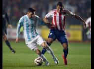 Lionel Messi disputa un balón durante el Argentina vs Paraguay.