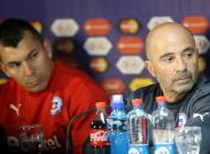 Gary Medel y Jorge Sampaoli durante la rueda de prensa.