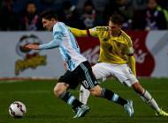 Lionel Messi y Santiago Arias disputan el balón durante el Argentina vs Colombia.