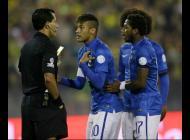 Neymar,discute con el arbitro, Enrique Osses durante el partido contra Colombia.