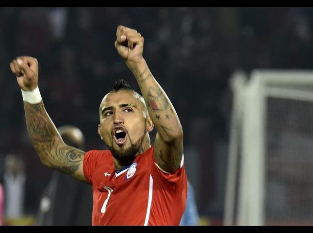 Arturo Vidal, celebra el gol de su compañero, Mauricio Isla en el partido contra Uruguay.