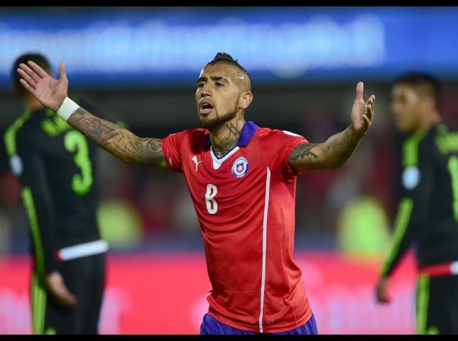 Arturo Vidal celebra uno de sus goles ante México.