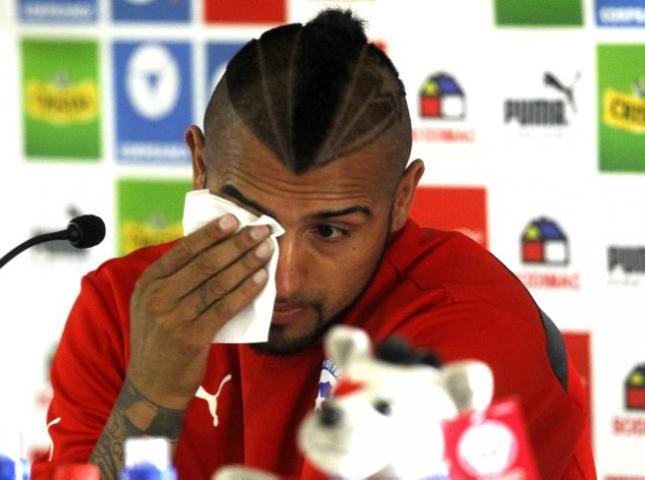 Arturo Vidal seca sus lagrimas durante la rueda de prensa.