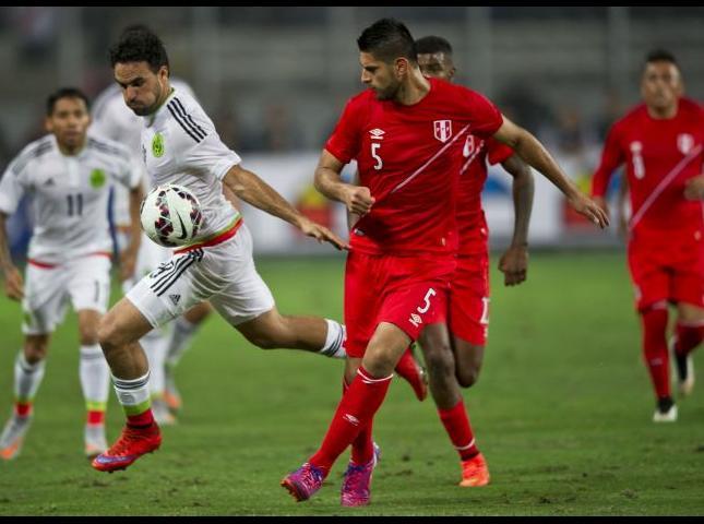 Carlos Zambrano disputa el balón durante el amistoso contra México.