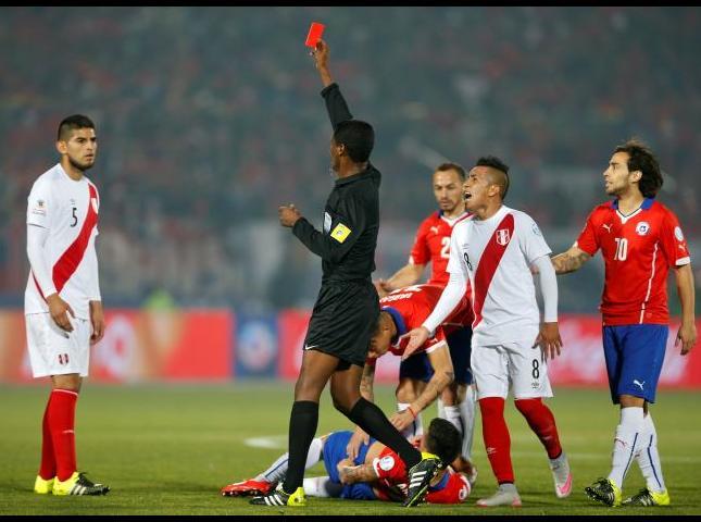 Carlos Zambrano ve la tarjeta roja.
