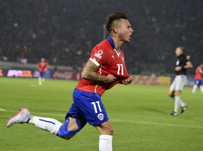 Eduardo Vargas celebra uno de sus goles.