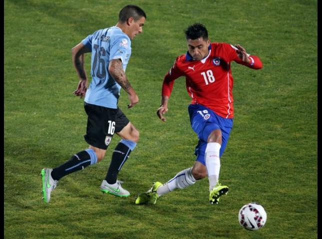 Gonzalo Jara disputa el balón durante el partido con Uruguay.
