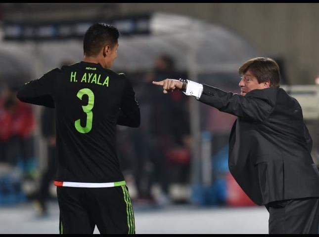 Miguel Herrera da indicaciones durante el partido con Chile.