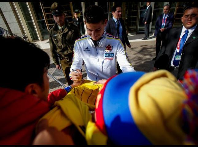 James Rodríguez firma autógrafos a los aficionados.