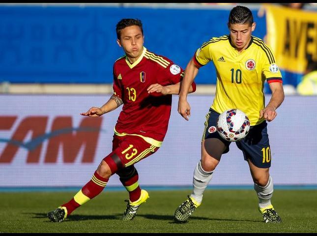 James Rodríguez y Luis Manuel Seijas disputan el balón durante el Colombia y Venezuela.