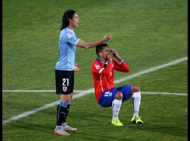 El chileno Gonzalo Jara junto al uruguayo Edindon Cavani, durante la acción por la que fue sancionado.