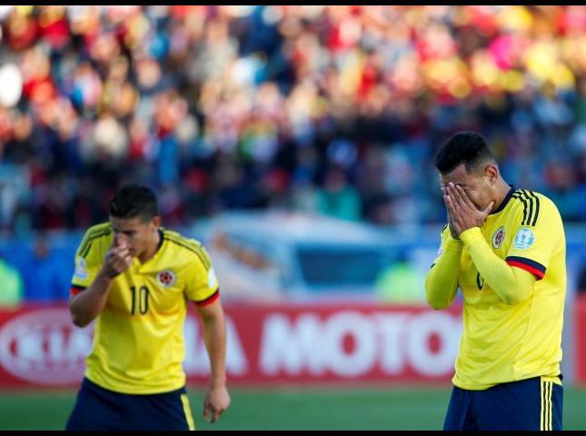 Jugadores colombianos se lamentan luego de la derrota.