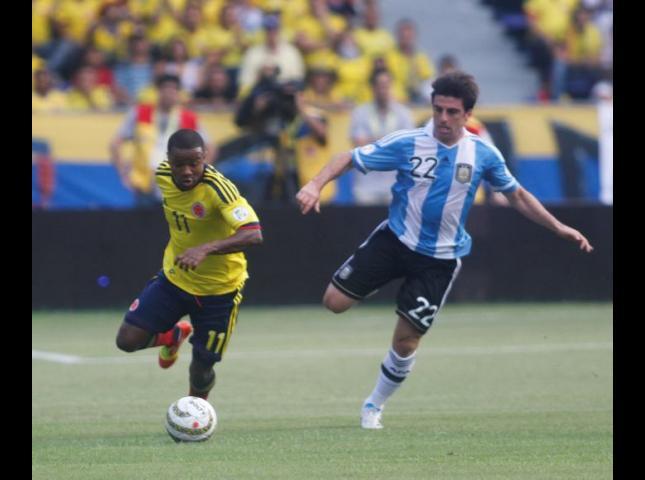Jugadores de Colombia y de Argentina disputan el balón durante el partido en Barranquilla por eliminatorias.