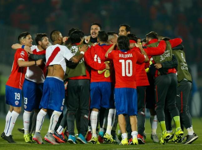 Jugadores de Chile celebran su pase a la final.