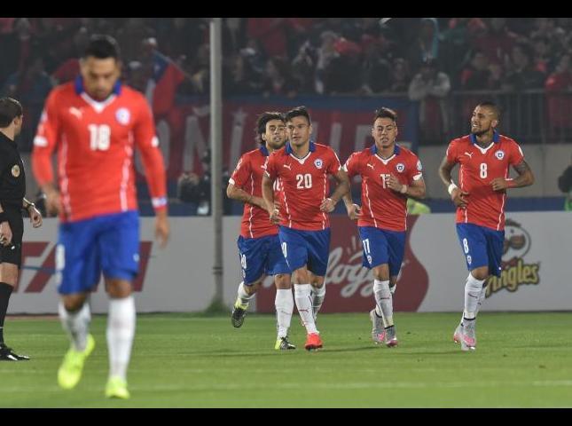 Jugadores chilenos luego de celebrar un gol.