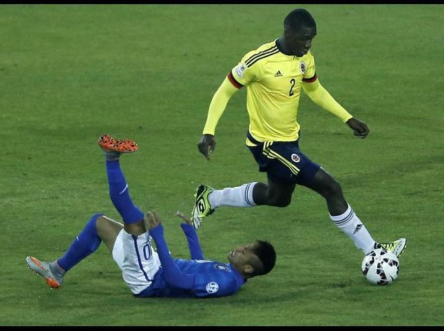 Cristian Zapata y Neymar disputan el balón durante el Colombia vs Brasil.