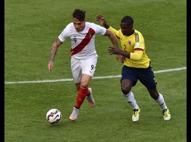 Paolo Guerrero y Cristian Zapata disputan el balón durante el Colombia vs Perú.