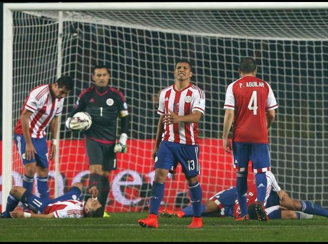 Jugadores paraguayos se lamentan tras recibir el sexto gol de Argentina.
