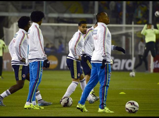 Selección Colombia durante el calentamiento en el partido contra Brasil.